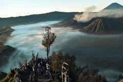 Nierozpoznani ludzie, piękny kolorowy wschód słońca nad górą Bromo zdjęcie royalty free