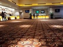 Nierozpoznani ludzie w kinie w?rodku centrum handlowego XXI XXI kina s? wielkim kina ?a?cuchem w Indonezja fotografia royalty free