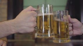 Nierozpoznany mężczyzny clink glassesin pub w górę zbiory wideo
