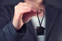 Nieruchomość agenta lub maklera ofiary dom kształtował kluczowego pierścionek Zdjęcia Royalty Free