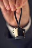 Nieruchomość agenta lub maklera ofiary dom kształtował kluczowego pierścionek Obrazy Stock
