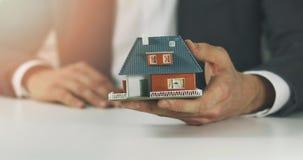 Nieruchomość biznes - sprzedawca pokazuje nowego rodzina domu modela zbiory