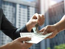 Nieruchomość handel, ręk ludzie płaci dolara z inny Zdjęcia Royalty Free