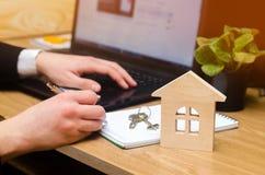 nieruchomość kupuje mieszkanie Agenta nieruchomości kładzenia signi Zdjęcie Stock