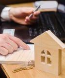 nieruchomość kupuje mieszkanie Agenta nieruchomości kładzenia signi Obrazy Stock