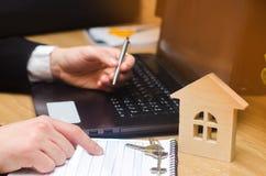 nieruchomość kupuje mieszkanie Agenta nieruchomości kładzenia signi Fotografia Stock