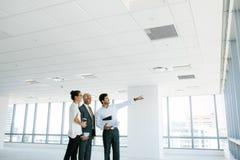 Nieruchomość makler pokazuje powierzchnię biurowa klienci obraz royalty free