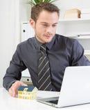 Nieruchomość makler pracuje przy biurem Obrazy Royalty Free