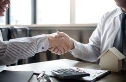 Nieruchomość maklera klienta i agenta chwiania ręki Zdjęcia Stock