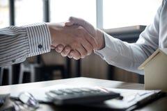 Nieruchomość maklera klienta i agenta chwiania ręki po signin Zdjęcia Royalty Free