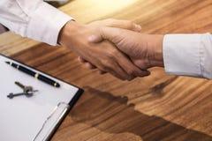 Nieruchomość maklera klienta i agenta chwiania ręki po signin Zdjęcie Royalty Free