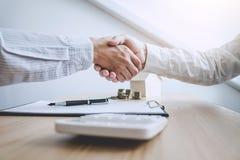 Nieruchomość maklera klienta i agenta chwiania ręki po signin obrazy stock