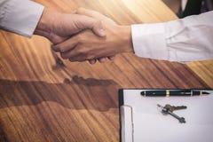 Nieruchomość maklera klienta i agenta chwiania ręki po signin Zdjęcie Stock