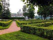 Nieruchomość pałac i park zdjęcia royalty free