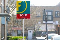 Nieruchomości agencja sprzedawał szyldowego na zewnątrz Angielskiego domu miejskiego Obrazy Royalty Free