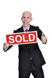 Nieruchomości kobieta trzyma sprzedającego znaka Zdjęcia Stock