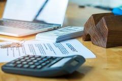 Nieruchomości pojęcia, dokument zgoda, modela dom z dolarem Fotografia Stock