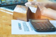 Nieruchomości pojęcia, dokument zgoda, modela dom z dolarem Zdjęcie Stock