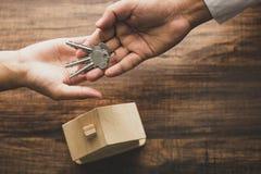 Nieruchomości pojęcie, odgórny widok bankowiec agencja daje domowemu kluczowi nabywca zdjęcia stock