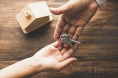 Nieruchomości pojęcie, odgórny widok bankowiec agencja daje domowemu kluczowi nabywca fotografia stock