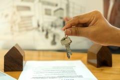 Nieruchomości pojęcie, sprzedaże sprzedaje do domu chwyty mieści klucz ja Zdjęcie Stock