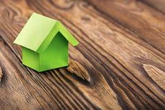 Nieruchomości pojęcie z ekologia papieru domem na drewnianym tle Pomysł dla nieruchomości pojęcia, osobistej własności i rodzina  zdjęcie stock