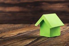 Nieruchomości pojęcie z ekologia papieru domem na drewnianym tle Pomysł dla nieruchomości pojęcia, osobistej własności i rodzina  obrazy stock