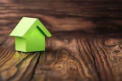 Nieruchomości pojęcie z ekologia papieru domem na drewnianym tle Pomysł dla nieruchomości pojęcia, osobistej własności i rodzina  obraz royalty free