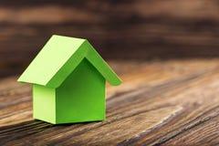 Nieruchomości pojęcie z ekologia papieru domem na drewnianym tle Pomysł dla nieruchomości pojęcia, osobistej własności i rodzina  zdjęcia stock