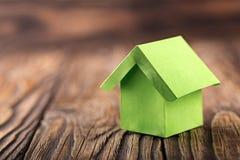 Nieruchomości pojęcie z ekologia papieru domem na drewnianym tle Pomysł dla nieruchomości pojęcia, osobistej własności i rodzina  obraz stock