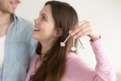 Nieruchomości posiadania pojęcie, para z kluczami nowy dom obraz stock