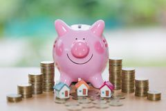 Nieruchomości sprzedaż, domowi oszczędzania, prosiątko bank, monety i dom, l fotografia royalty free