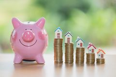 Nieruchomości sprzedaż, domowi oszczędzania, prosiątko bank, monety i dom, l zdjęcia royalty free