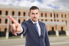Nieruchomości sprzedaży mężczyzna pokazuje żadny gest outdoors obraz royalty free