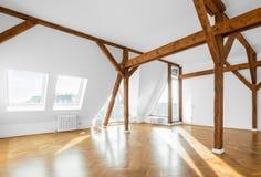 Nieruchomości wnętrze - apartament na najwyższym piętrze mieszkanie, pusty pokój Zdjęcia Royalty Free