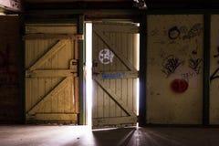Niesamowici starzy drzwi w ciemnym pokoju obrazy stock