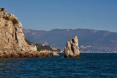 Niesamowicie piękni Rockowi żagli stojaki w Czarnym morzu blisko Krymskiego miasta Yalta Błękit morze, niebo i góry jako a, obrazy royalty free