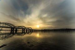 Niesamowicie piękny pejzaż miejski Zmierzch most nad rzeką Zdjęcia Stock