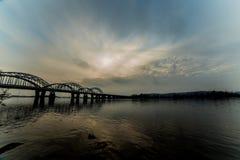 Niesamowicie piękny pejzaż miejski Zmierzch most nad rzeką Fotografia Royalty Free