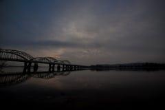 Niesamowicie piękny pejzaż miejski Zmierzch most nad rzeką Fotografia Stock