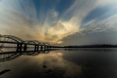 Niesamowicie piękny pejzaż miejski Zmierzch most nad rzeką Obraz Royalty Free