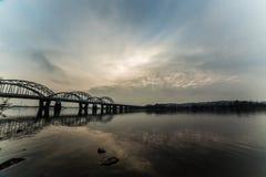 Niesamowicie piękny pejzaż miejski Zmierzch most nad rzeką Obrazy Royalty Free