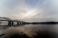 Niesamowicie piękny pejzaż miejski Zmierzch most nad rzeką Zdjęcia Royalty Free