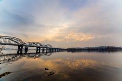 Niesamowicie piękny pejzaż miejski Zmierzch most nad rzeką Zdjęcie Royalty Free