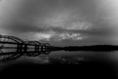 Niesamowicie piękny pejzaż miejski Zmierzch most nad rzeką Obrazy Stock