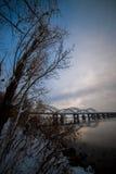 Niesamowicie piękny pejzaż miejski Zmierzch most nad rzeką Obraz Stock