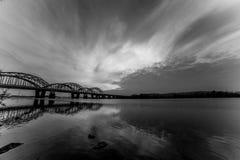 Niesamowicie piękny pejzaż miejski Zmierzch most nad rzeką Black&White Zdjęcie Royalty Free
