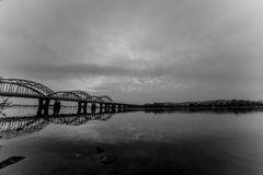 Niesamowicie piękny pejzaż miejski Zmierzch most nad rzeką Black&White Zdjęcie Stock