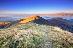 Niesamowicie piękny ranek mglisty jesień świt w górach II Fotografia Royalty Free