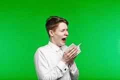 Niesende und laufende Nase des jungen Mannes Stockfoto
